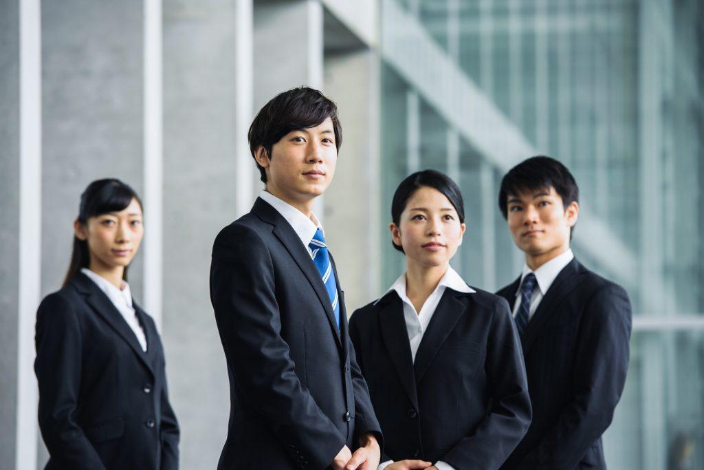 若い 社員 オフィス 入社