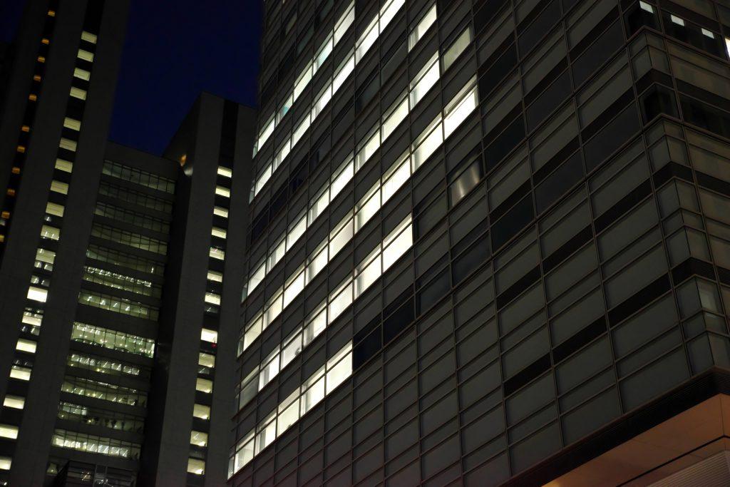 夜 オフィス 窓 明かり